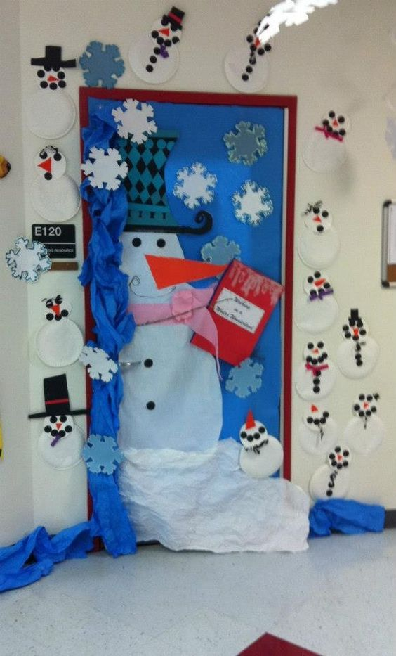 Using Papers To Give A Christmas Look To The Door